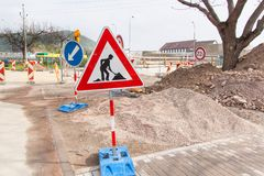 Réparation de route dans la République Tchèque 133 morceaux roadwork Inscription du trafic des détours Image stock