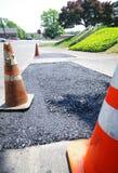 Réparation de route, frais goudron avec des pierres Image stock