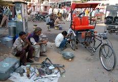 Réparation de rue de pousse-pousse de cycle Photos stock