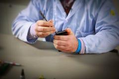 Réparation de Smartphone Photographie stock libre de droits