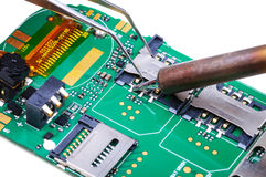 Réparation de téléphone portable dans le lieu de travail électronique de laboratoire Photo libre de droits