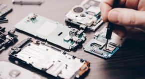 Réparation de téléphone portable, plan rapproché de mains photo stock