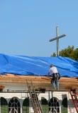 Réparation de toit d'église Images libres de droits