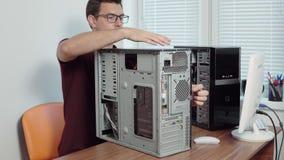 Réparation de travailleur de service informatique un ordinateur cassé dans le bureau utilisant un tournevis et un matériel inform clips vidéos