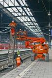 Réparation de travailleur la caténaire dans la station Photographie stock libre de droits