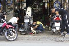 Réparation de vélo de moteur du Vietnam Images stock