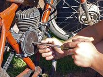 Réparation de vélomoteur images stock