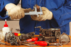 Réparation de vieux moteur de voiture de pièces dans l'atelier Photo stock