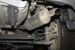 Réparation de voiture sur un ascenseur photographie stock libre de droits