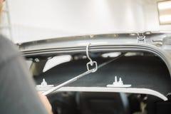 Réparation des bosselures dans une voiture images stock