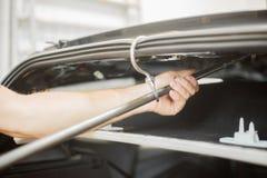 Réparation des bosselures dans une voiture photo libre de droits