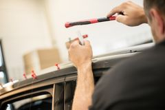 Réparation des bosselures dans une voiture photographie stock libre de droits