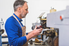 Réparation des chaussures à l'usine photos stock