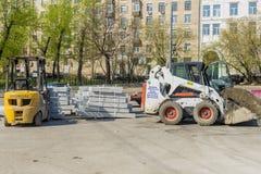 Réparation des routes à Moscou Réparation de voiture Photographie stock libre de droits