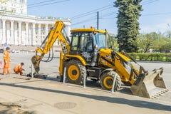 Réparation des routes à Moscou Réparation de voiture Images stock