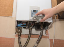 Réparation du chauffe-eau de gaz Photo libre de droits