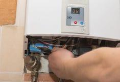 Réparation du chauffe-eau de gaz Photographie stock libre de droits