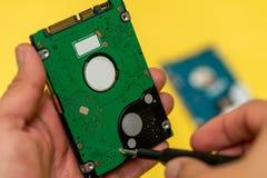 Réparation du lecteur de disque dur images stock