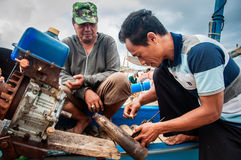 Réparation du moteur de bateau de pêche photos libres de droits