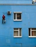Réparation du mur bleu Photo stock