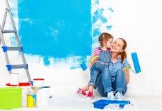 Réparation en appartement Douleur heureuse de fille de mère et d'enfant de famille Photos libres de droits