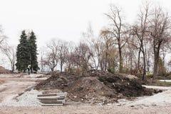 Réparation et construction en parc photos stock
