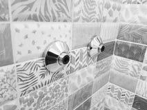 Réparation et construction - réflecteurs pour un robinet d'eau sur une tuile photos stock