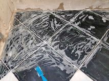 Réparation - limescale et brosse avec du savon photos stock