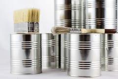 Réparation, pinceaux de peinture et et bidons de peinture sur une OIN blanche Image stock
