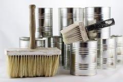 Réparation, pinceaux de peinture et et bidons de peinture sur une OIN blanche Photo stock