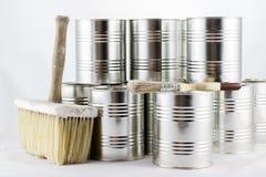 Réparation, pinceaux de peinture et et bidons de peinture sur une OIN blanche Images stock