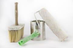 Réparation, pinceaux de peinture et et bidons de peinture sur une OIN blanche Photographie stock libre de droits