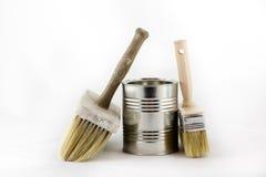 Réparation, pinceaux de peinture et et bidons de peinture sur une OIN blanche Images libres de droits
