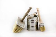 Réparation, pinceaux de peinture et et bidons de peinture sur une OIN blanche Photos stock