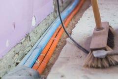Réparation, rénovation, électricité et installation de fil rénovant la pièce images stock