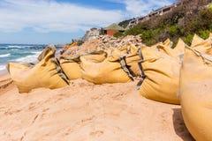 Réparations d'érosion d'océan de plage de construction Photo stock