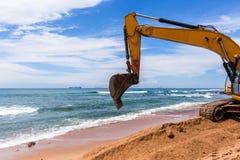 Réparations d'érosion d'océan de plage de construction Photos stock