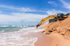 Réparations d'érosion d'océan de plage de construction Images stock