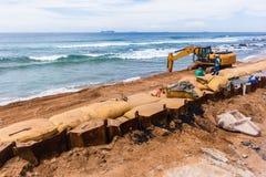 Réparations d'érosion d'océan de plage de construction Image stock