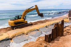 Réparations d'érosion d'océan de plage de construction Photos libres de droits