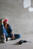 Réparations de bâtiment de mur de femme Photos libres de droits