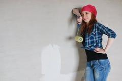 Réparations de bâtiment de mur de femme Photos stock