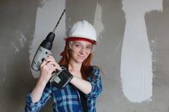 Réparations de bâtiment de mur de femme Image libre de droits