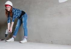 Réparations de bâtiment de mur de femme Image stock