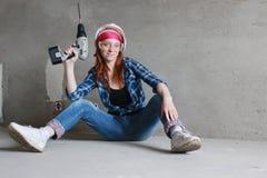 Réparations de bâtiment de mur de femme Photo stock