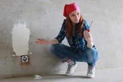 Réparations de bâtiment de mur de femme Photographie stock libre de droits