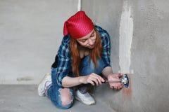 Réparations de bâtiment de mur de femme Images libres de droits