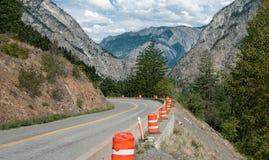 Réparations de route de montagne images stock