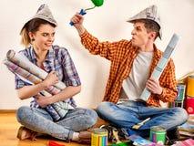 Réparez la famille par la maison heureuse de bâtiment de couples Famille de querelle Photos stock