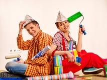 Réparez la famille par la maison heureuse de bâtiment de couples Rénovation de famille en nouvel appartement Image stock